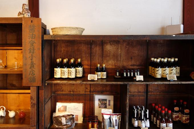 能登半島の七尾にある鳥居醤油店で売っている「木樽天然仕込醤油」が棚に並べられている