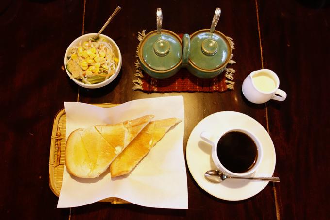 ハニートーストやコーヒーなど、「珈琲 まるも」で提供しているモーニングセットの様子