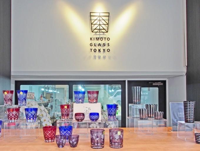 浅草にある木本硝子の中の様子、お店のロゴとガラシ食器たち