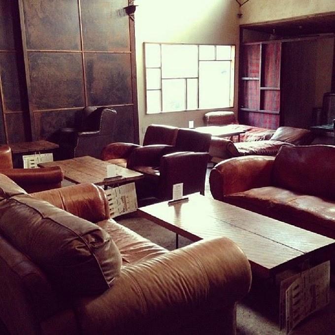 二子玉川にある「SOULTREE(ソウルツリー)」の内装の様子、アンティークのソファーやテーブルが並んでいる