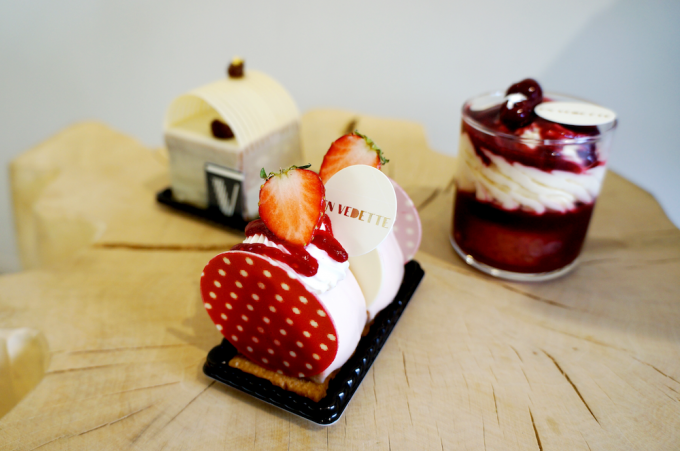 清澄白河のフランス菓子店「EN VEDETTE(アンヴデット)」のいちご、サバラン、松の実のケーキが3種類切り株の椅子に並んでいる写真
