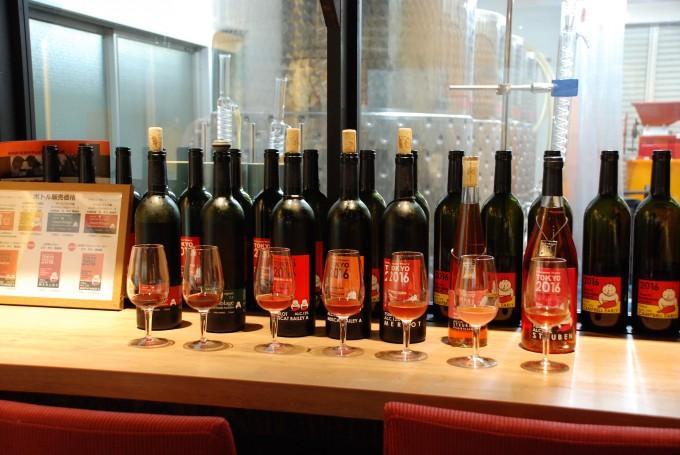 深川ワイナリーのグラスに注がれたロゼとボトルがカウンターに並んでいる写真