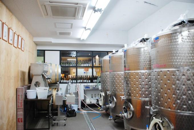 東京にある「深川ワイナリー」のワイン醸造所に機械が並んでいる写真