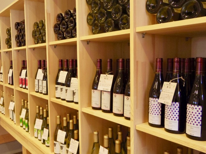 ハイディワイナリーの店内の棚にワインが並べられている様子