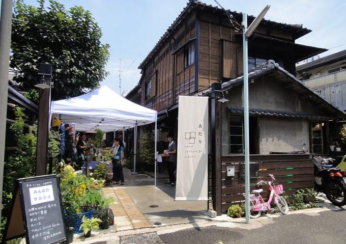 「上野桜木あたり」のにぎやかな「みんなのろじ」や、古い日本家屋の建物の様子