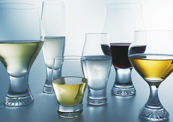 木本硝子のグラスシリーズ「es」数種類が置かれている
