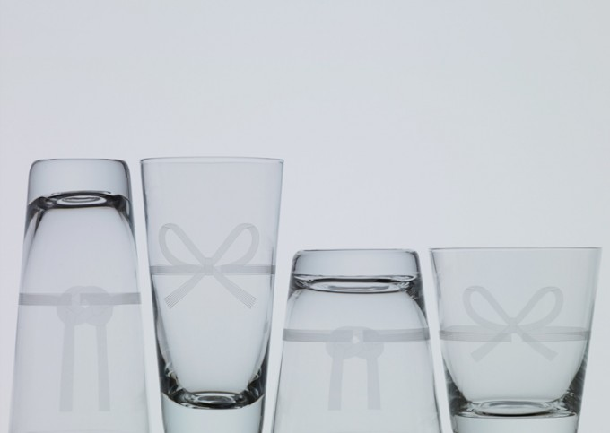 木本硝子の「MIZHIKI」が上下交互に4つ並べられている