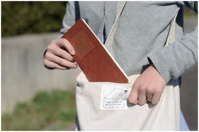 蝋引き紙で作ったRO-BIKI NOTEはシンプルなデザイン性がある