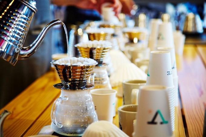 「Coffee Collection」でコーヒーを淹れているところ
