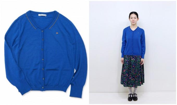ミナペルホネンの青カーディガンと、鮮やかなスカートに合わせたコーデの様子