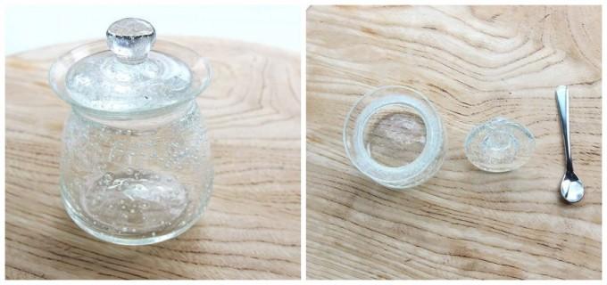 木のテーブルに置かれた伊藤亜木さんの青い気泡が入った硝子のシュガーポットとスプーン