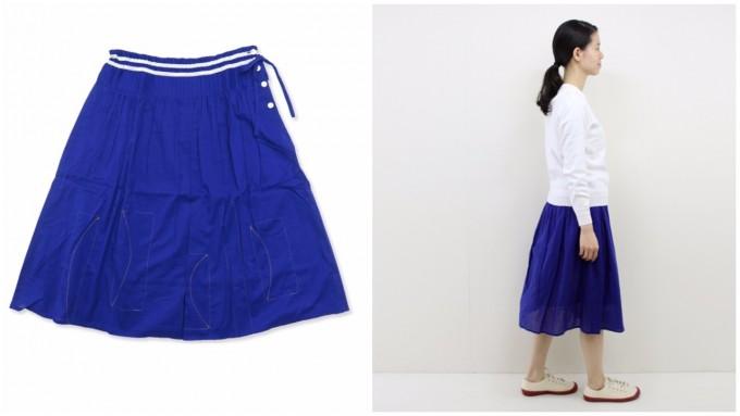青いスカートと着衣した様子