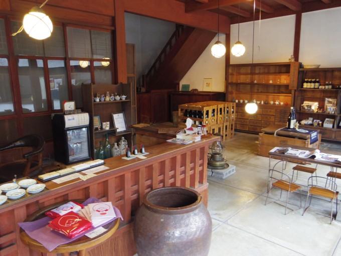 能登半島の七尾にある鳥居醤油店の中の様子、カウンターなどが写っている
