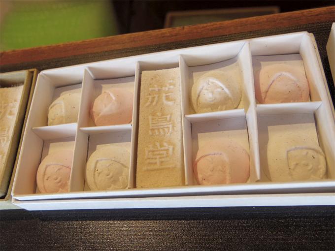 鳥居醤油店で販売している和菓子「花鳥堂」の箱を開けたときの様子