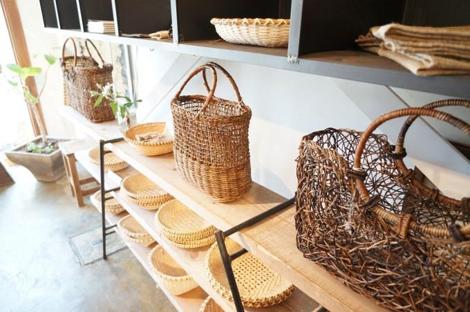 「アムコ カルチャー&ジャーニー(amco culture&journey)」で開催のイベントで奥会津のからむし布とあけびカゴが木の棚に並んでいる写真