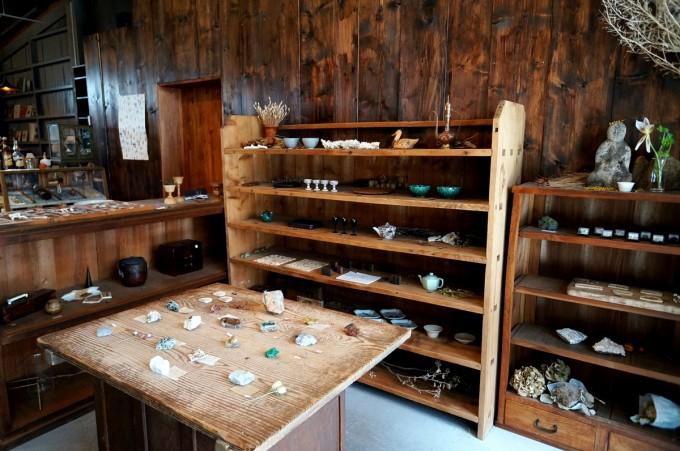 鉱物やうつわが木の棚や机に並んだ蔵前のカフェ「From afar 倉庫01」の店内の写真