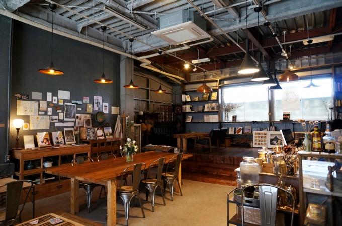 テーブルや本が並ぶ蔵前のカフェ「From afar 倉庫01」の店内の写真
