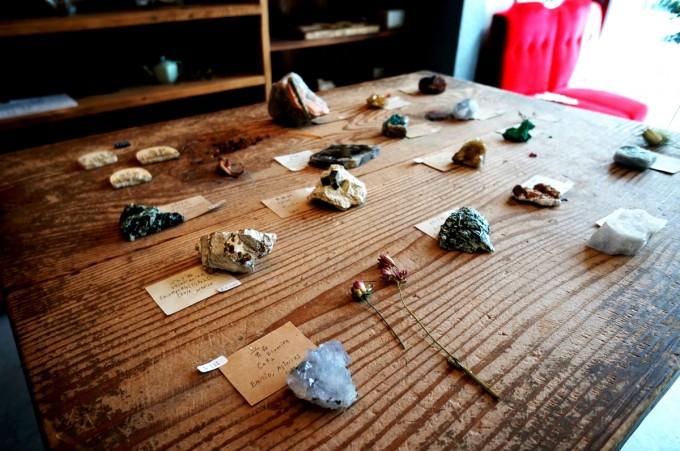 蔵前のカフェ「From afar 倉庫01」で木の机の上に並べて販売している鉱物の写真