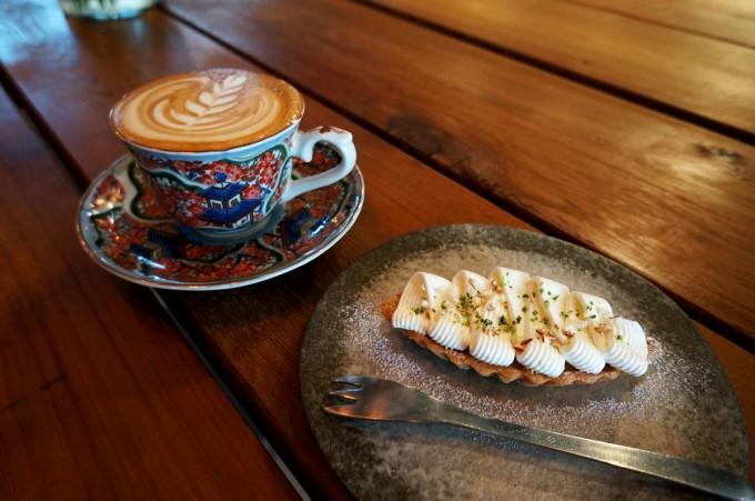 蔵前のカフェ「From afar 倉庫01」の赤と青の中華風のおしゃれなカップに注がれたカフェラテと国産無農薬ノンワックスのおいしそうなレモンのタルト