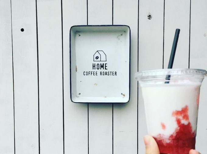 「HOME COFFEE ROASTER(ホームコーヒーロースター)」の看板と、いちごミルクのドリンク