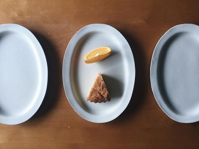 「ritsuko imai(リツコイマイ)」の白い楕円のオーバル型の皿にデザートが盛り付けられている