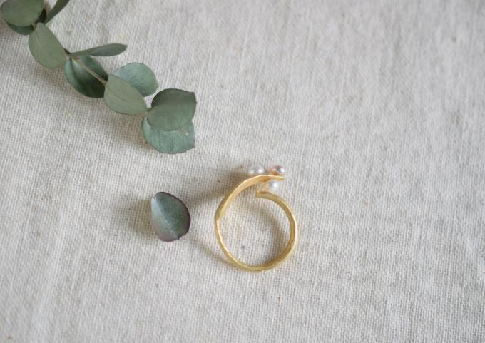 ナギの葉としずくを表した「melte(メルト)」のゴールドと淡水パールのリング