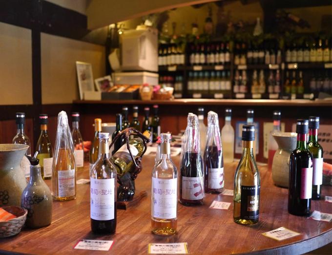 20種類前後のワインが置かれた「くらむぼんワイン」の試飲コーナー
