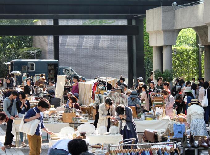 「赤坂蚤の市」のイベント開催中の様子