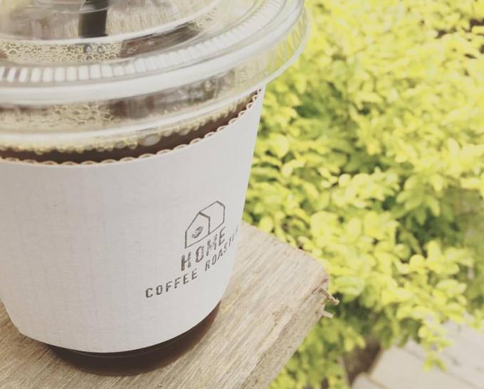 「HOME COFFEE ROASTER(ホームコーヒーロースター)」のアイスコーヒーのテイクアウトカップ