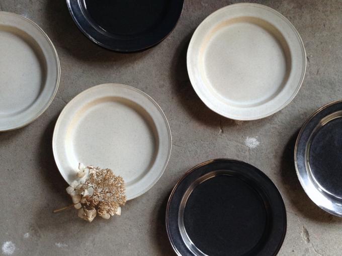 今井律子さんのブランド「ritsuko imai(リツコイマイ)」の白や黒のシンプルでおしゃれな丸皿たち