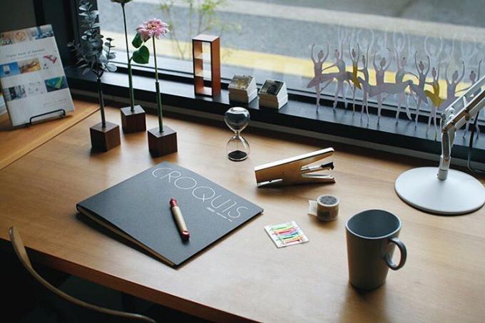 「PLASE.STORE(プレイズストア)」で販売しているペンやクロッキー帳、マグカップなど
