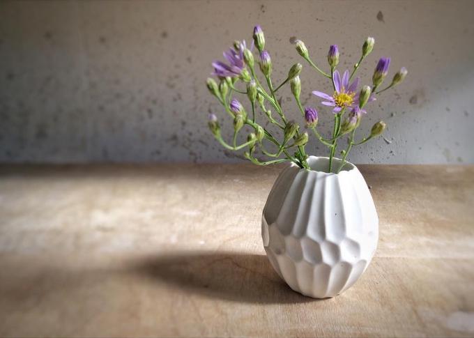 お花が入れられた、「monoton ceramic labo」のたまごの形をした花器