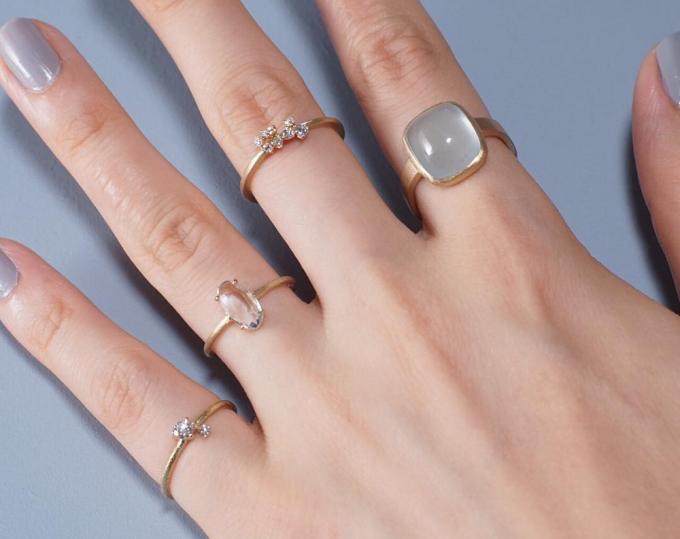 モデルの指に通されたジュエリーブランド「CAHiER(カイエ)」のリングたち