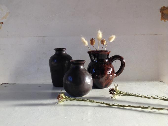 今井律子さんが手掛ける「ritsuko imai(リツコイマイ)」の茶色の花器の使用例