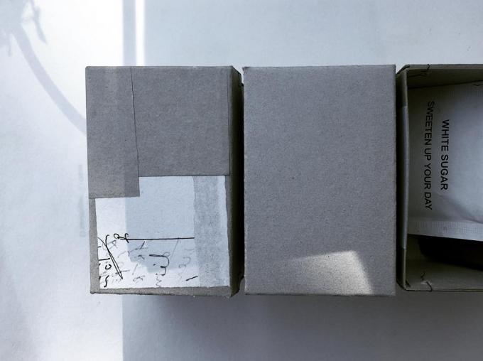 白い紙がコラージュされた素朴な質感の「hase」のグレーの箱たち