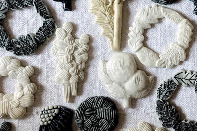 「monoton ceramic labo」で制作しているブローチなどの雑貨たち