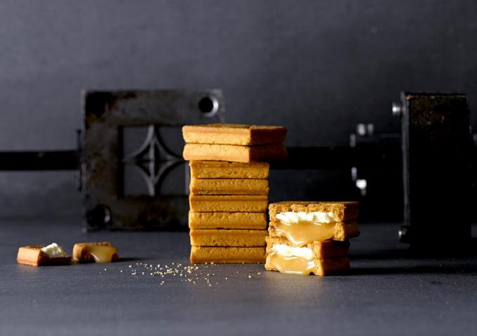「PRESS BUTTER SAND(プレスバターサンド)」の焼き立てバターサンドが重ねられている