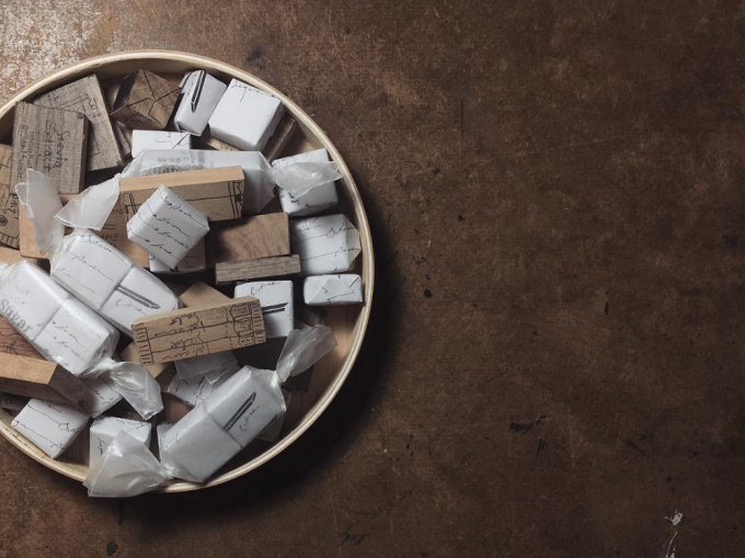 砂糖袋のデザインを模写した「hase」の白い箱のオブジェ