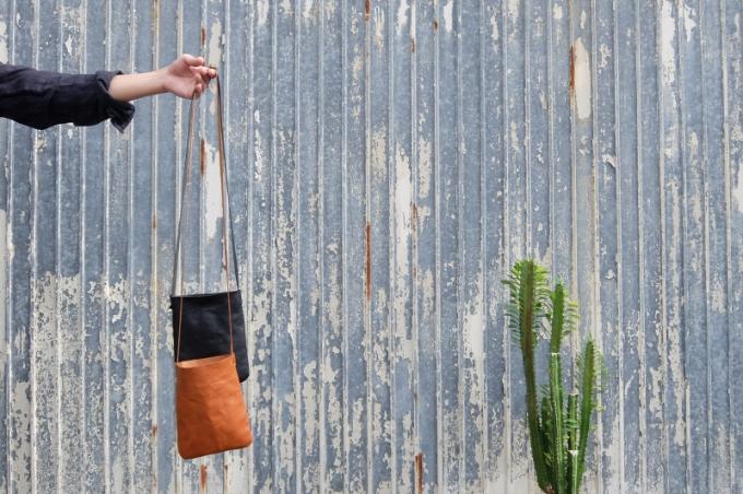 「9月製作」のレザーバッグ、革のポシェット
