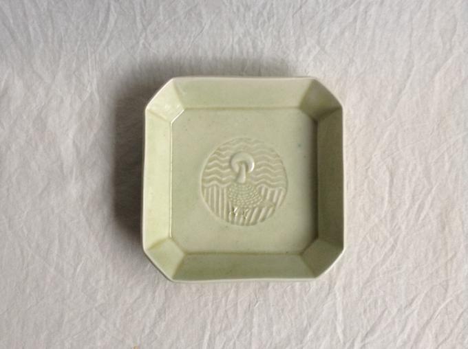 紋様が入った「ritsuko imai(リツコイマイ)」のライトグリーンの額皿