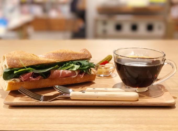BOOK LAB TOKYOのランチセット、コーヒーとサンドイッチ