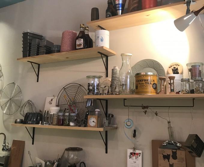 白い壁にDIYの木の棚が並んだ「nécoya BAKE STAND(ネコヤベイクスタンド)」の店内の様子