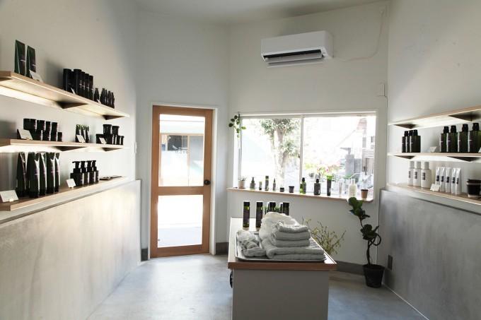 オーガニックコスメ「OSAJI」の白い壁の店内