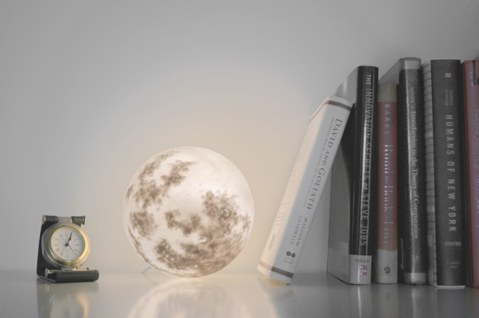 月型照明「Luna」をデスクの上で使っているところ
