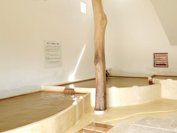 「ラムネ温泉館」の豊富に温泉が湧き出ている内湯