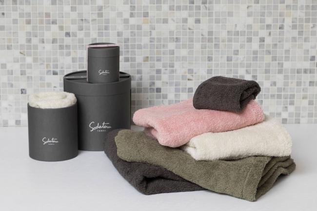 「育てるタオル」の新シリーズ『feel』のBOXとタオルたち