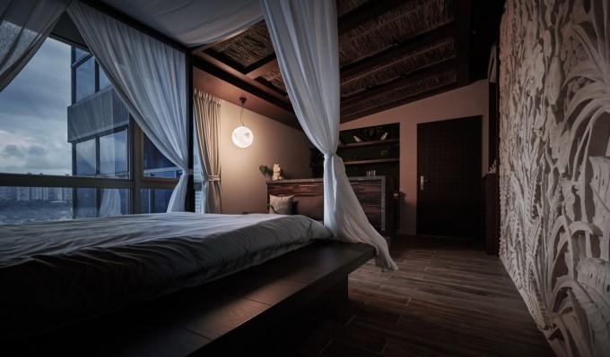 月型照明「Luna」が吊るされている部屋の様子