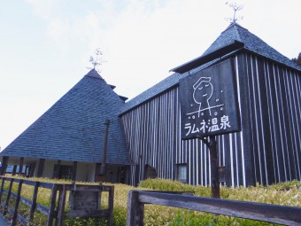 シュワシュワーっと肌にまとわりつく気泡が心地よい!日本一の炭酸泉、大分の「ラムネ温泉館」
