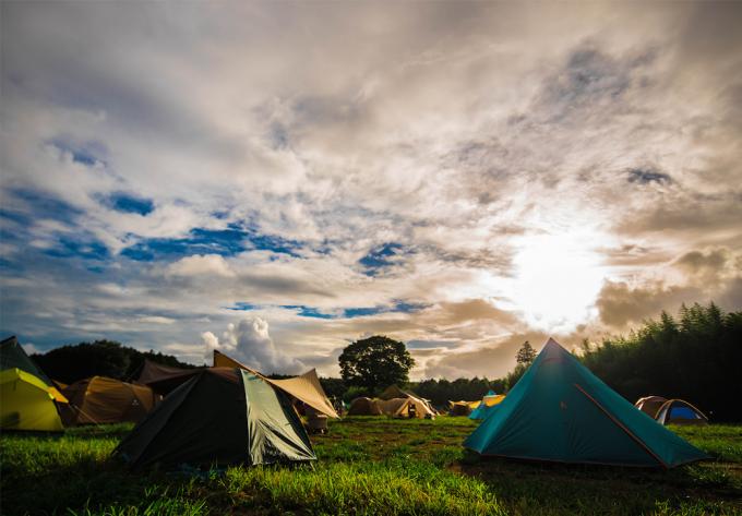 キャンプ場「一番星ヴィレッジ」のテントと空