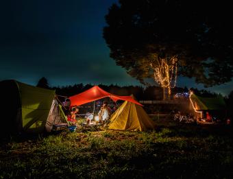 広々とした牧草地にはツリーハウスも!期間限定のキャンプ場「一番星ヴィレッジ」